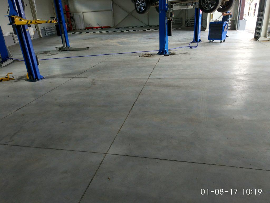 бетонный пол, упрочнённый по технологии ТОППИНГ в автосервисе