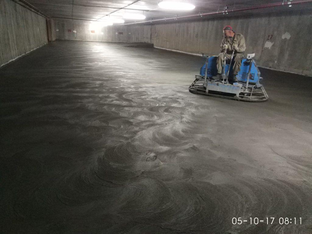 бетонный пол, затирка сухого минерального упрочнителя по технологии ТОППИНГ на подземном паркинге