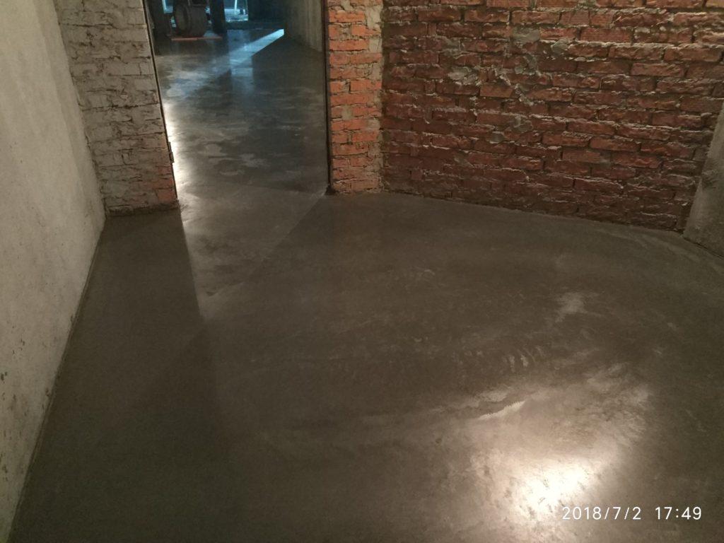 бетонный пол, упрочнённый по технологии ТОППИНГ на подземном паркинге МОП