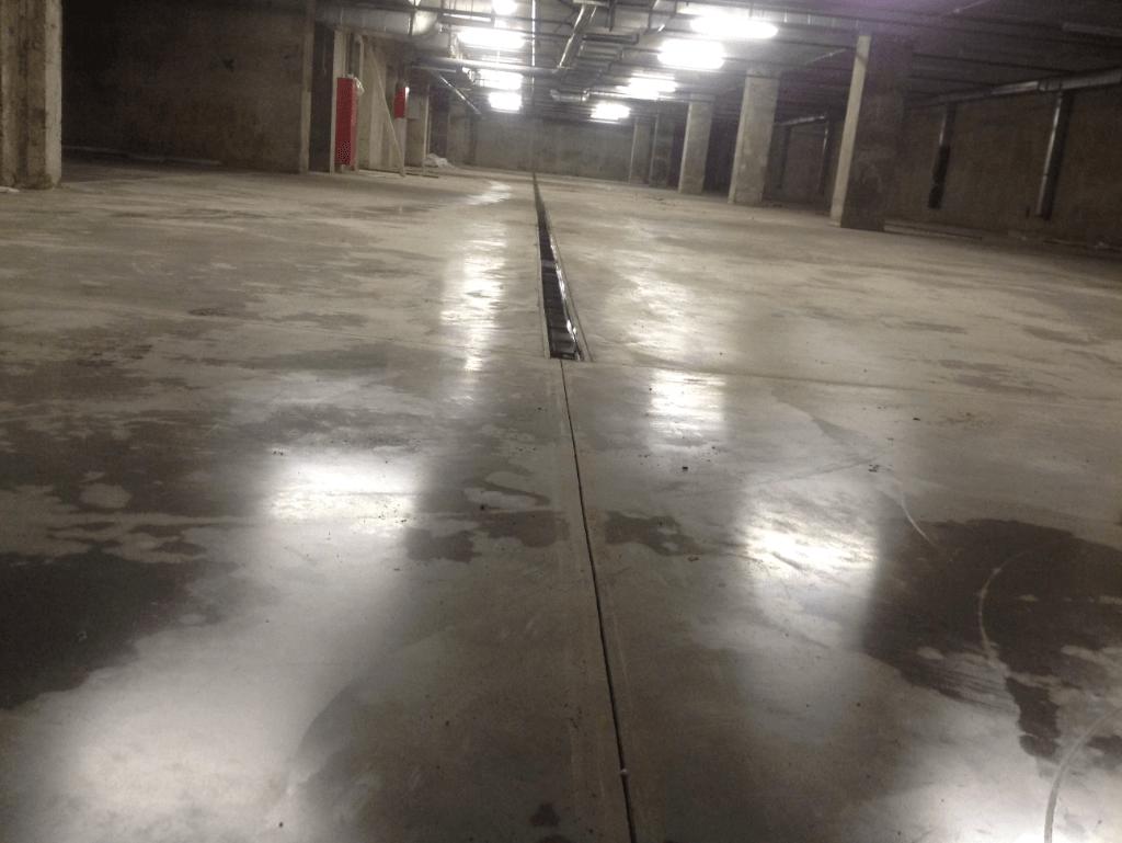водоотводный лоток в бетонном полу