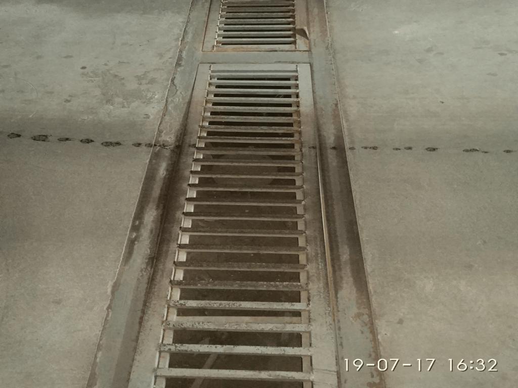 установленный водоотводный лоток