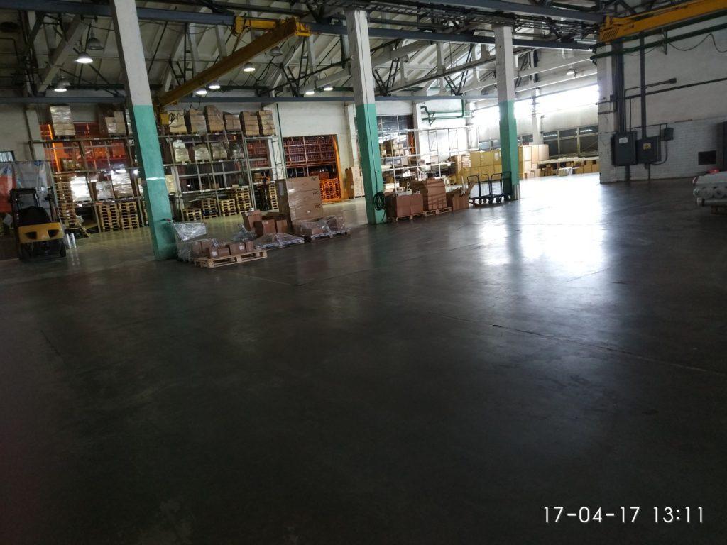 бетонный пол, упрочнённый по технологии ТОППИНГ в складских помечщениях