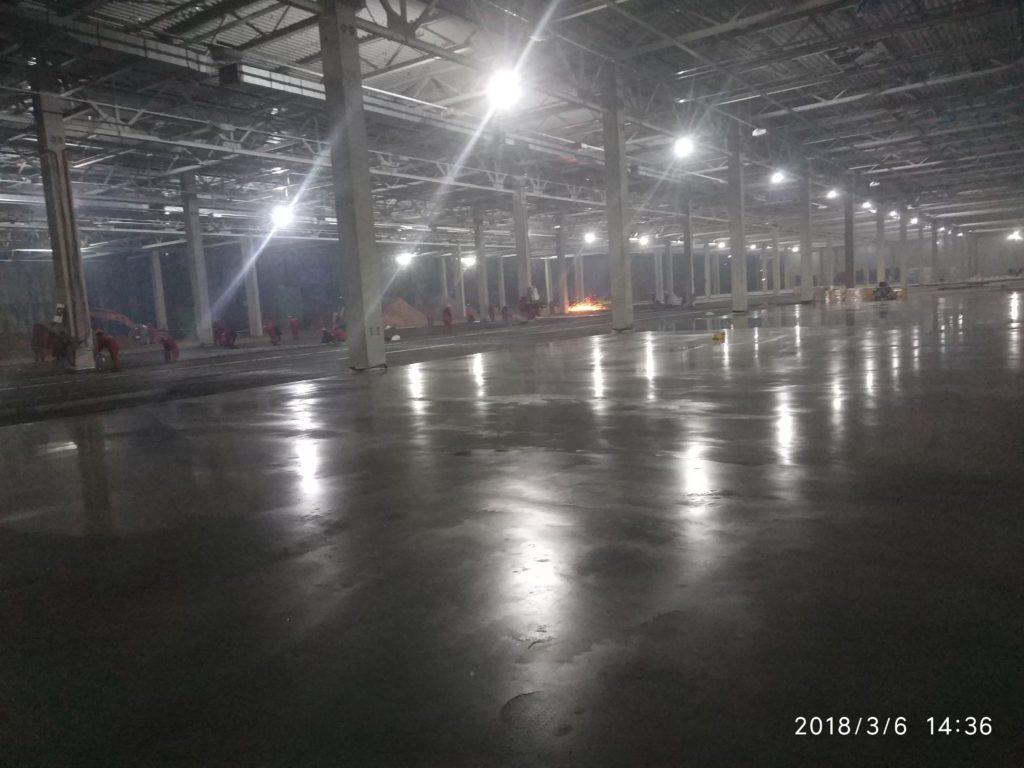 бетонный пол, упрочнённый по технологии ТОППИНГ в производственном цеху